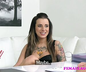 A GIRL KNOWS tetona pezones - Juego sexual fetiche de chicas lesbianas con tetas naturales