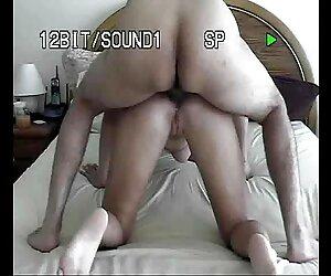 Bonita squirter rubia mira cómo se lo ponen las ancianas tetonas follando lesbianas